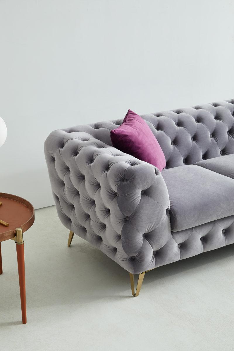 Violett soffa i ljusgrå sammet - Folkets Möbler