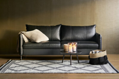 Chic soffa i svart läder - Pohjanmaan